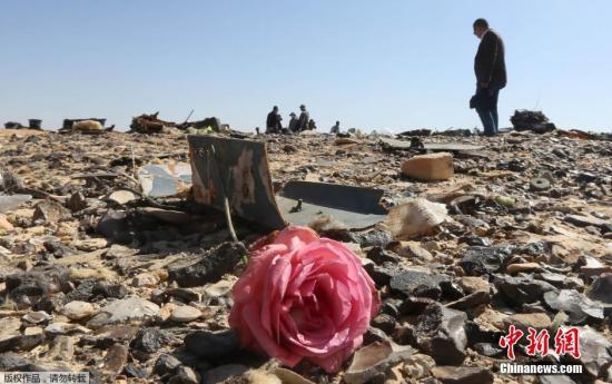 资料图:埃及西奈半岛,埃及官员和军人在坠机现场进行清理和调查,清理出大量遇难乘客的行李衣物等物品以及飞机残骸。一架从埃及沙姆沙伊赫飞往俄罗斯圣彼得堡的俄罗斯客机31日清晨起飞后不久坠毁于埃及西奈半岛阿里什地区南部的哈桑纳地区,机上共217名乘客和7名机组人员,乘客多为俄罗斯游客。