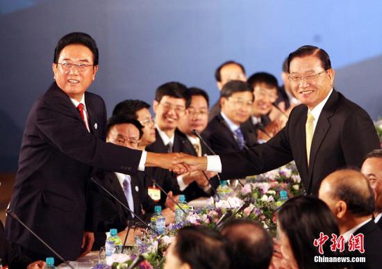 """原料图:2008年11月4日,大陆海协会会长陈云林与台湾海基会董事长江丙坤在台北举走第二次""""陈江座谈"""",这是两会领导人首次在台湾举走座谈。中新社记者 洪少葵 摄"""