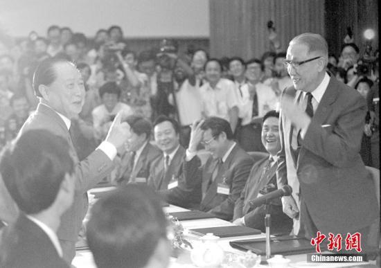 """1993年4月27日,汪道涵和辜振甫共同在新加坡举行""""汪辜会谈"""",这是海峡两岸隔绝40多年后举行的首次会谈。中新社记者 贾国荣 摄"""