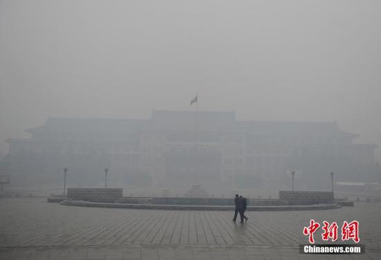 """11月8日时值农历""""立冬"""",吉林省长春市迎来今冬首次降雪,伴随而来的还有严重的空气污染。气象部门接连发布了霾橙色预警和道路冰雪黄色预警。8日晚间,吉林省内多个高速路段因路面结冰关闭。气象部门预测未来24小时,吉林省东南部将有大到暴雪。 张瑶 摄"""