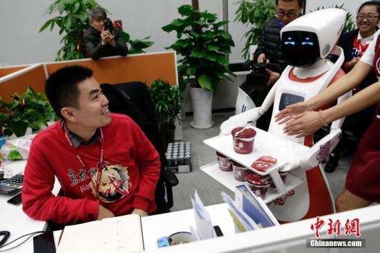 11月10日,两个机器人现身北京京东大厦,为备战双十一而加班的工作人员送上西红柿鸡蛋泡面,为加班者助力。<a target='_blank' href='http://www.chinanews.com/' _fcksavedurl='http://www.chinanews.com/'>中新社</a>记者 李慧思 摄
