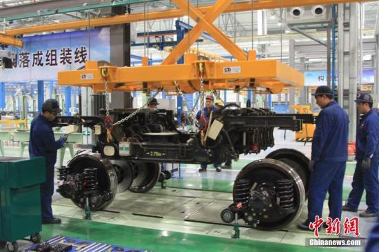 """11月9日消息,沈阳动车段是中国全铁路系统第五家拥有动车组三级检修能力的路局直属运输站段,是东三省地区首个、也是唯一一个动车组""""4S""""店。截至目前,这里已经修峻CRH5型动车组4组,正在检修的CRH5型和CRH380B型动车组各2组,成为全路试修时间最短,试修车组最少,自主检修资质获得最快的三级检修基地。图为技术人员正在维修动车件。 中新社记者 沈殿成 摄"""