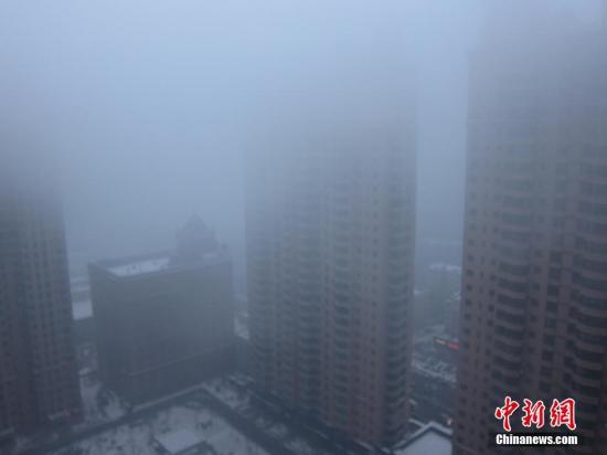 """11月10日晚到11日凌晨,哈尔滨市呈现严峻的雾霾天,能见度低,局部修建物几近""""消逝""""。图像来历:视觉国家"""
