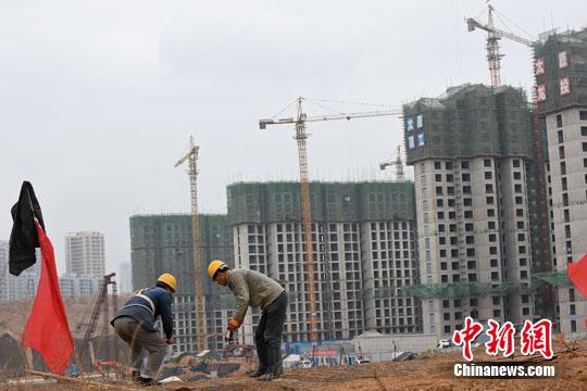 资料图:民工在一建筑工地作业。<a target='_blank' href=