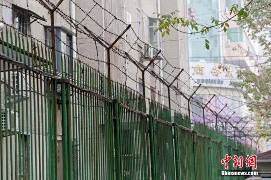 资料图:河南郑州,红专路经三路附近的一个居民小区,大约3米高的的围墙上扯上了长长的铁丝网,上面还装有数个监控摄像头,防患于未然。图片来源:视觉中国