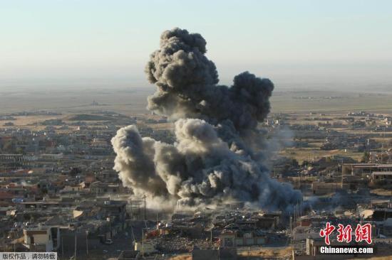 """本地时刻2015年11月12日,伊拉克北部重镇辛贾尔,库尔德自治区装备在以美国主导的""""世界联盟""""地面声援下,打破了""""伊斯兰国""""装备份子设在辛贾尔外围的防地。"""