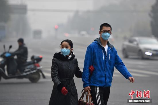 资料图:北京持续遭遇重度雾霾 局地能见度不足百米。中新网记者 金硕 摄