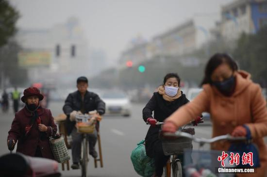 资料图:北京持续遭遇重度雾霾 局地能见度不足百米。中新社记者 刘文华 摄