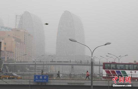 资料图:京冀等9省市现中度霾 北京待冷空气救急。中新社记者 张浩 摄