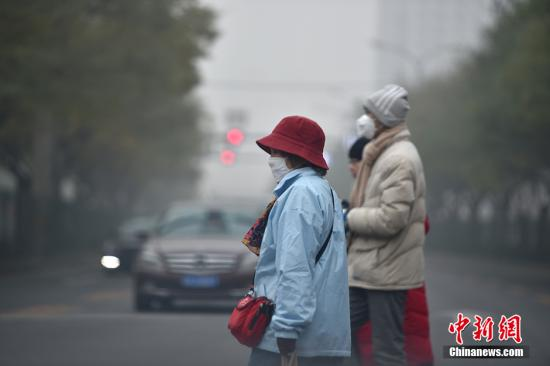 北京持续遭遇重度雾霾 局地能见度不足百米。中新网记者 金硕 摄