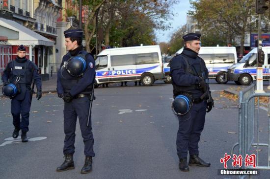 14日上午,警方仍在封锁巴塔克兰剧院。 龙剑武 摄