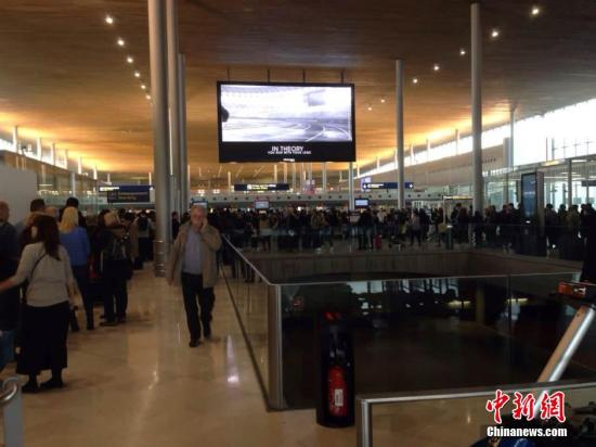 当地时间11月14日凌晨,法国巴黎发生枪击和爆炸,造成数百人伤亡。法国外交部长法比尤斯发表声明称,尽管巴黎多地发生袭击事件,法国机场仍将保持开放,航空和铁路交通的正常运行能够得到保障。图为巴黎戴高乐机场。 郭瀚 摄