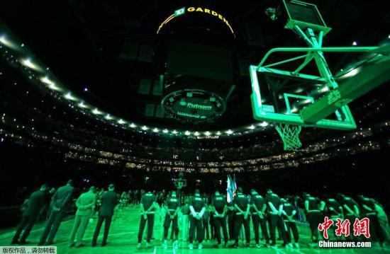 当地时间11月13日,美国波士顿,美国NBA联赛凯尔特人队主场对阵亚特兰大老鹰队,现场比赛用灯光关闭,全体人员向法国巴黎系列恐怖袭击遇难者默哀。