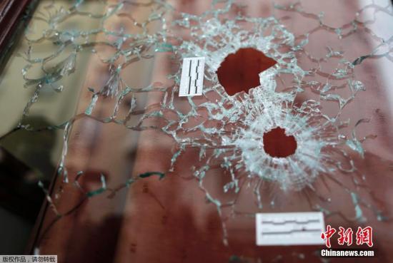 Le Carillon的酒吧的玻璃门上留有两颗弹孔,这是其时恐惧分子扫射路人时留住的。