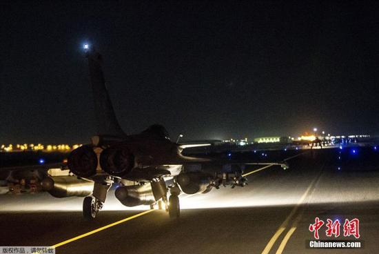 """本地时刻11月15日晚,法国国防部揭晓公报说,法国战机当天对极其安排""""伊斯兰国""""在叙利亚的目的施行空袭,捣毁该安排一个批示所和一个锻炼营。法国战机向位于叙利亚拉卡市的""""伊斯兰国""""目的抛掷了20枚炸弹。榜首个空袭目的被""""伊斯兰国""""用作批示所,并招募职员及寄存兵器弹药;第二个空袭目的是恐惧分子锻炼营。"""