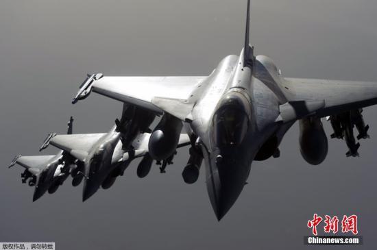 """资料图:战机空袭叙利亚拉卡市的""""伊斯兰国""""目标。"""