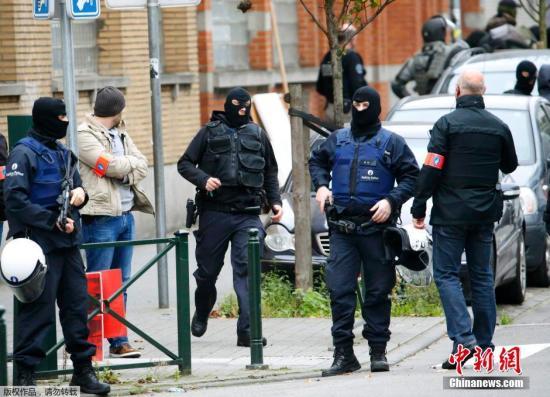 当地时间11月16日,比利时布鲁塞尔,警察在Molenbeek区采取突袭行动,搜捕巴黎恐袭案嫌疑犯。