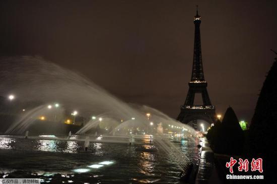 本地时刻2015年11月14日,法国巴黎,艾菲尔铁塔熄灯吊唁系列恐袭事情罹难者。遭逢恐惧袭击后,从巴黎东区迪士尼乐土、中区艾菲尔铁塔到西区凡尔赛宫周六一概敞开,此中艾菲尔铁塔是无期限敞开,直至另行告示为止。今朝,有赤手空拳的军警在铁塔四周巡查。正常状况下,艾菲尔铁塔逐日欢迎两万名旅客。