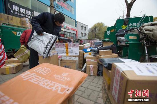 11月16日,山西太原邮政工作人员正在分装快递。张云 摄