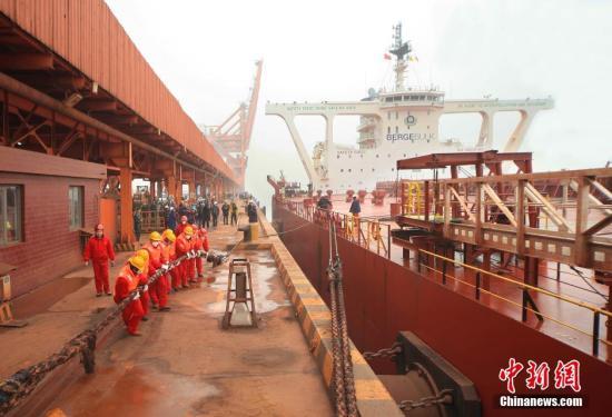 资料图 曹妃甸港40万吨超大型矿船。中新社记者 曹大庆 摄