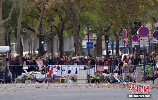 资料图:法国举国哀悼巴黎恐怖袭击的遇难者。 龙剑武 摄