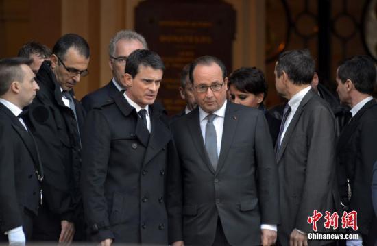 当地时间11月16日,法国举国哀悼巴黎恐怖袭击的遇难者。中午12时,全国民众默哀一分钟悼念死者。在各个遇袭地点,大批民众自发聚集鲜花燃烛表达纪念之情。这是这是《查理周刊》血案后不到一年时间内,法国第二次行国殇之礼。图为法国总统奥朗德和总理瓦尔斯在巴黎索邦大学参加默哀仪式。 龙剑武 摄
