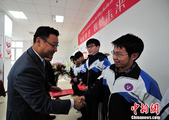 资料图:大学贫困生获捐助。 <a target='_blank' href='http://www.chinanews.com/'>中新社</a>记者 赵丽 摄