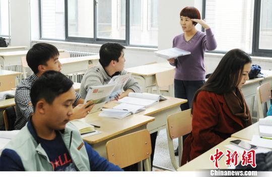 西北师范大学为这些学生教授国际汉语言教育,还提供中国文化、以及他们未来职业发展所需要的如旅游、经贸、商贸等课程。杨艳敏 摄