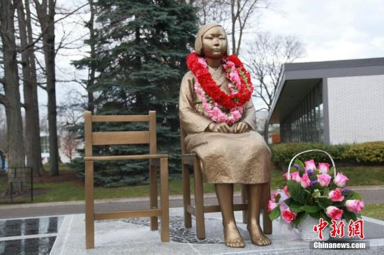 """当地时间11月18日,位于加拿大多伦多地区的韩国加拿大文化协会举行仪式,为""""慰安妇少女像""""揭幕,以此纪念在二战中受到日军残酷蹂躏的慰安妇群体。这是全加拿大首座纪念慰安妇的铜像。这尊铜像与树立在日本驻韩国大使馆门前的慰安妇少女铜像,以及与在美国加州和密歇根州的慰安妇少女铜像,设计相同。  <a target='_blank' href='http://www.chinanews.com/'>中新社</a>记者 徐长安 摄"""
