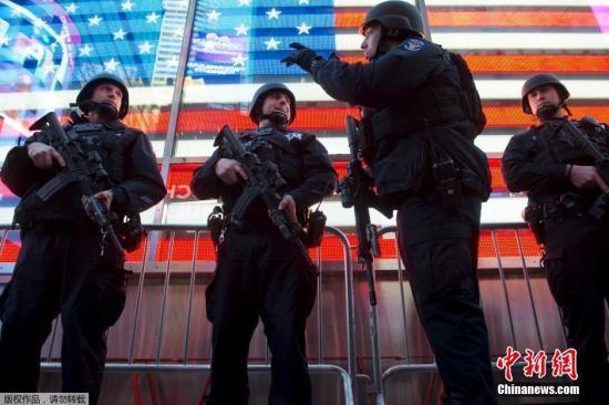 资料图:美国纽约,警察在时代广场附近巡逻。
