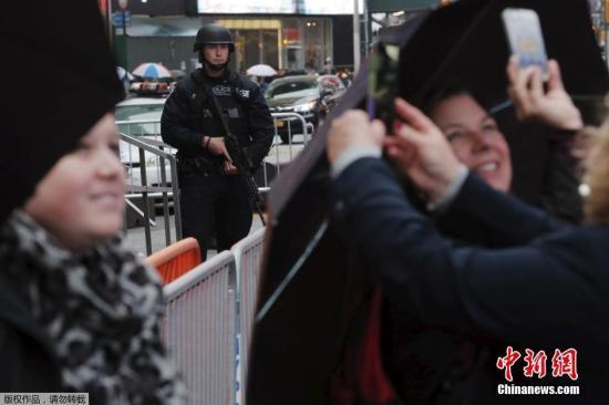"""本地时刻2015年11月19日,美国纽约,差人在时期广场左近巡查。极其恐惧组织""""伊斯兰国""""(ISIS)18日公布视频威逼称,将攻击纽约。纽约时期广场、中心公园等均是其恫吓目的。"""