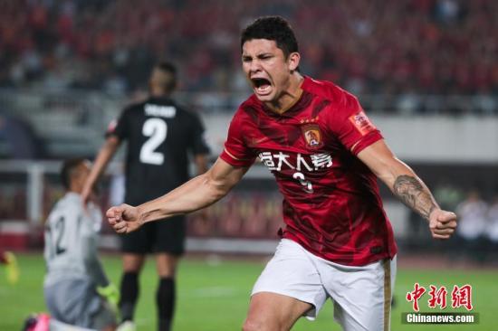 资料图:2015年11月21日,亚冠联赛结束了最后的争夺,在决赛中,广州恒大队凭借着埃尔克森的绝杀,以1-0战胜阿联酋阿尔阿赫利队,以两回合1-0的总比分,三年内第二次获得亚冠联赛的冠军。 图片来源:视觉中国