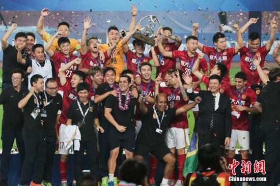 材料图:2015赛季广州恒年夜染指亚冠桂冠的捧杯霎时。 图片滥觞:视觉中国