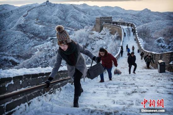 11月23日,北京长城银装素裹。20日夜间开始,北京出现持续雨、雪天气,23日早晨降雪天气逐渐结束。 图片来源:视觉中国