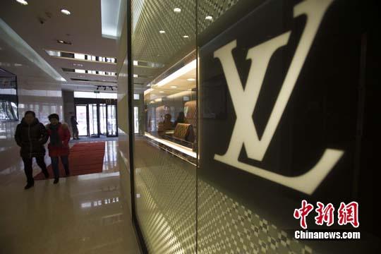 11月25日,山西太原民众从某知名奢侈品店经过。<a target='_blank' href='http://www.chinanews.com/'>中新社</a>记者 张云 摄