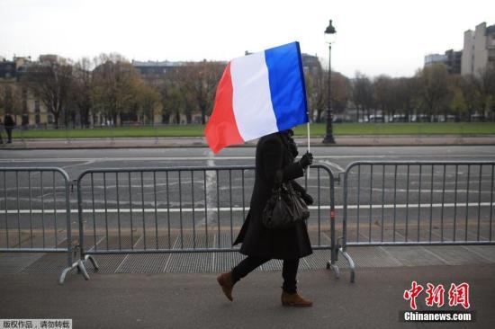 当地时间11月27日,法国各地街头及建筑上悬挂的法国国旗。奥朗德呼吁法国同胞悬挂三色国旗,向巴黎恐怖袭击案中的130名遇难者致哀。