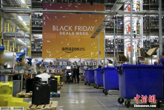 """亚马逊仓库内悬挂着巨大的""""黑色星期五""""条幅。"""
