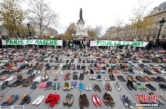 法国巴黎气象大会前,大众在巴黎共和国广场摆满了鞋子,呐喊重视气象变迁。
