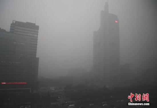 材料图:11月30日,北京初次启动橙色级此外预警。中新社记者 张浩 摄