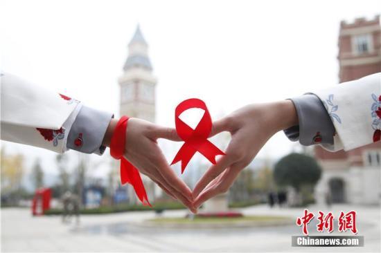 资料图:艾滋病红丝带。毛成山 摄
