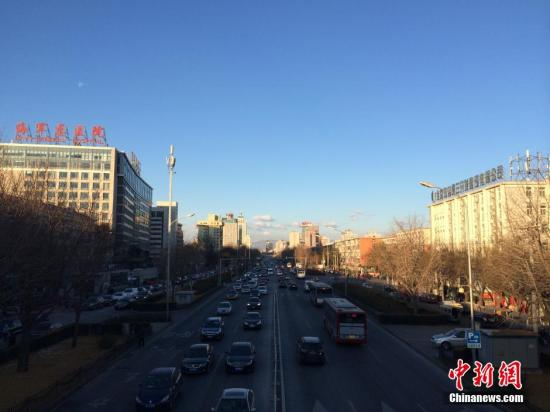 资料图:北京蓝天。 中新网记者 李霈韵 摄