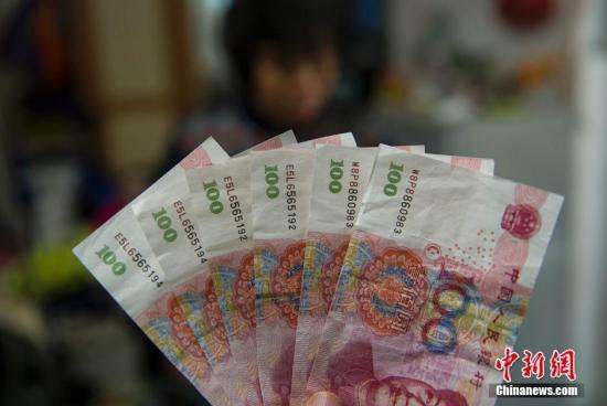 11月30日晚上是东莞67岁的杨华珍老人第一次摆摊,主要卖毛巾、围巾等保暖用品。整个晚上老人总共接待了10位客人,其中有6位买单时用的是百元大钞。老人一度高兴的认为生意不错,可等她回到家中,准备拿钱让邻居去进第二天的货时,才发现6张百元大钞都是假的。这让第一次做生意的老人整个晚上都没有睡觉,要知道600元相当于她与孙子半个月的生活费。老人望着还没卖完的毛巾,含泪说还要继续卖下去。图为老人收到的6张假币。 图片来源:视觉中国