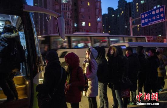 资料图:河北燕郊开往北京大望路的公交车下,上班族在寒风中排队上车。 <a target='_blank' href='http://www-chinanews-com.tuoxiaowang.com/'>中新社</a>记者 张浩 摄