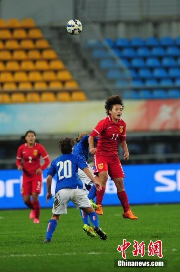 12月3日晚,中国女足与意大利女足在贵阳上演激情对决,最终双方1:1战平。布鲁诺担任中国女足主帅以来,率队取得1胜2平的战绩,依然保持不败。此番贵阳与欧洲劲旅的交手,为中国女足冲刺里约奥运会开启了一个不错的开端。图为中国女足队员王霜在头球拼抢。 <a target='_blank' href='http://www-chinanews-com.younganalfuck.com/'>中新社</a>记者 贺俊怡 摄