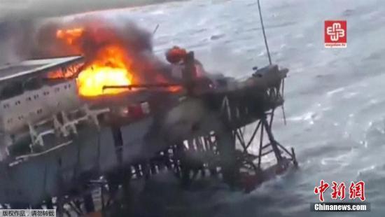 当地时间12月5日,阿塞拜疆一座位于里海海域的石油钻井平台发生大火,已导致32人丧生。(视频截图)