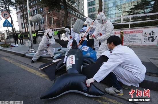 当地时间12月7日,环境保护团体成员聚集在日本驻韩国大使馆前,抗议日本在南极地区捕鲸。