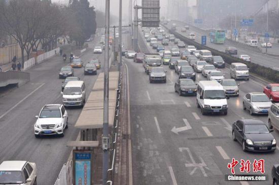 资料图:路上行驶的车辆。 中新网记者 金硕 摄