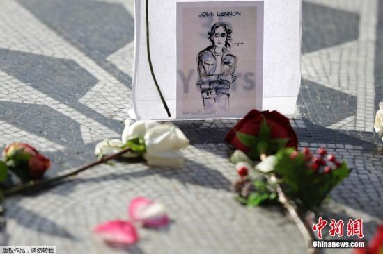 资料图为约翰·列侬35周年祭日,纽约民众献花哀悼。