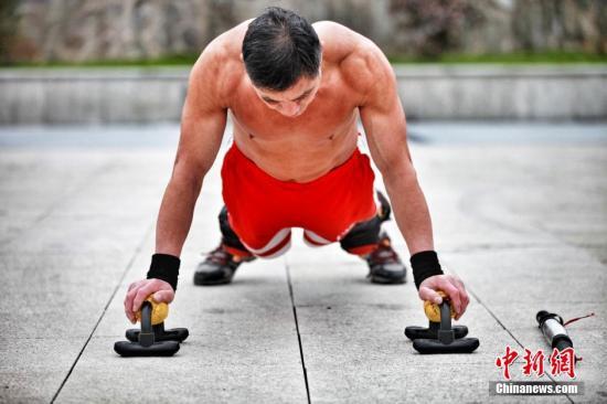 俯卧撑、下蹲、平板支撑登能够刺激到大关节、多肌群的整体训练都是空间有限情况下的有效锻炼方式。