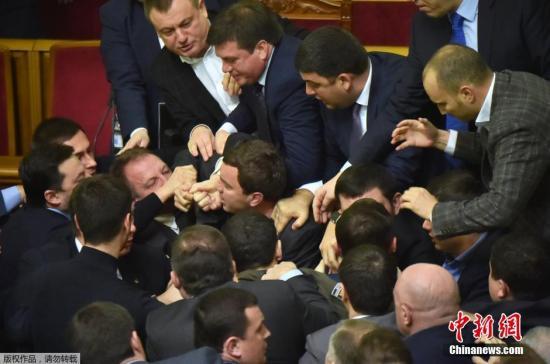 本地时刻12月11日,乌克兰总理亚采纽克现身议会公布年度当局陈述,受到来自总统地点政党的议员攻击,以后诱发议员混战。